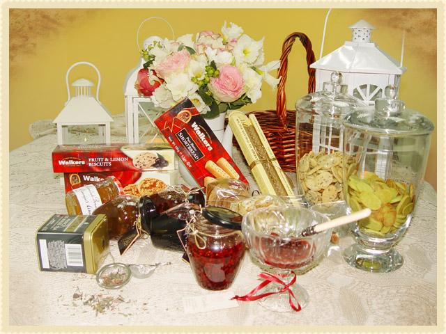 Голяма кошница с конфитюри и плодови сладка, приготвени по традиционна рецепта